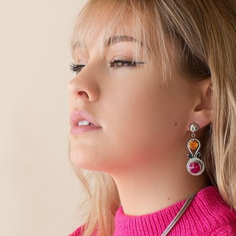 Ajoutez des couleurs vibrantes et de la féminité à vos tenues d'été avec les boucles d'oreilles Dahlia.🍭 -  Add vibrant colors and femininity to your summer outfits with the Dahlia earrings. 🍭      #styledujour #bijoux #bijouxfemme #bijouxaddict #bijouxdecreateur #creationbijoux #acierinoxydable #bijouxcreateurs #bijouxfemmes #bijouxfemme #bijouxdujour #ilovebijoux #bijouxlovers #bijouxhandmade #accessoires #accessoiresdemode #tendancemode #influenceusemode #blogueusemode #monlook #blogueuselifestyle #produitquebecois #achatlocalqc #faitauquebec #vivelequebec #swarovskicrystal #swarovskielements #instajewel #stainlesssteeljewelry #swarovskicrystal