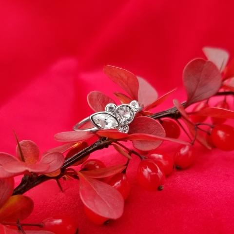Quel que soit son style, elle sera charmée par ce présent. Offrez la bague Hazy. 💍🎁 - No matter her style, she'll love this gift. Offer the Hazy ring. 💍🎁 