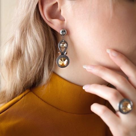 Tombez sous le charme comme nous l'avons fait avec les magnifiques boucles d'oreilles Dahlia et la bague Isalo. 💎Ces bijoux ornés de cristaux de qualité supérieure s'offrent en trois couleurs différentes.✨  Oserez-vous les ajouter à vos looks ?😉  👩🏼 : @jessielemay