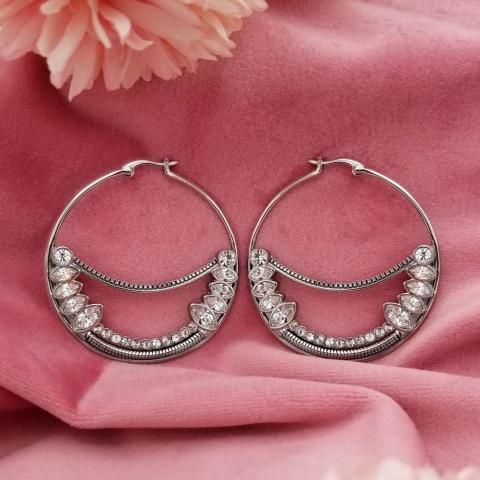 It can never sparkle too much! 💫 - Ça ne peut jamais trop briller ! 💫 - - #swarovski #shine #swarovskiearrings #fashion #swarovskicrystals #jewelry #jewellerydesign #girly